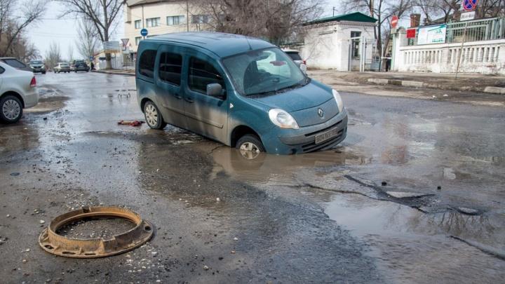В Волгограде Renault провалилась под землю на въезде на Нулевую Продольную