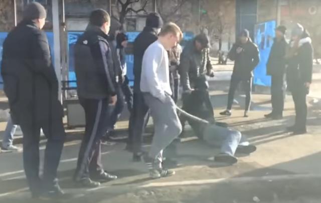 Избиение толпой подростков челябинца на остановке попало на видео