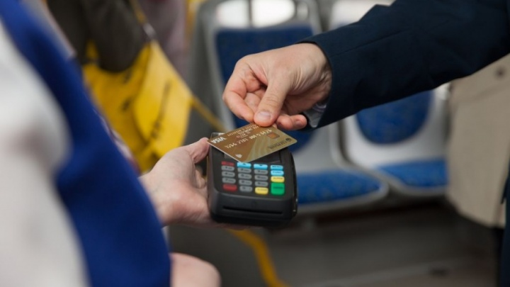 Жители Тобольска могут оплачивать проезд банковской картой