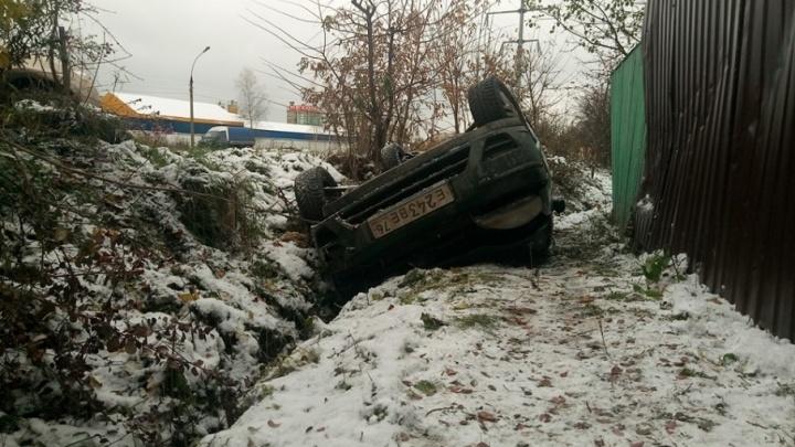 Из-за глубокой ямы в Ярославле перевернулась иномарка
