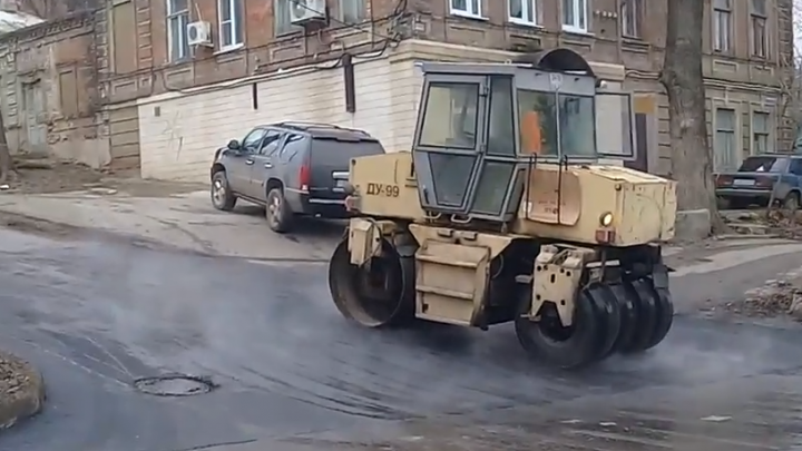 Мокрое дело: ростовские дорожники снова укладывали асфальт прямо в лужи