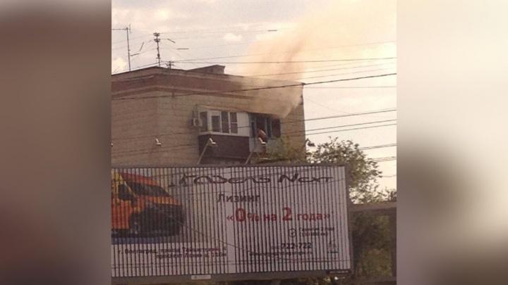 Пожарные сняли мужчину с балкона горящей квартиры в Волгограде
