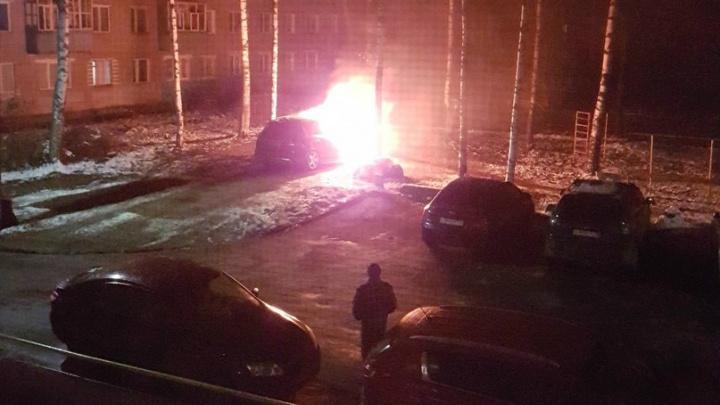 Горевшую за Волгой легковушку тушили две пожарные части