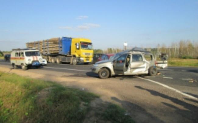 Под Переславлем две машины столкнулись с лесовозом: два человека погибли