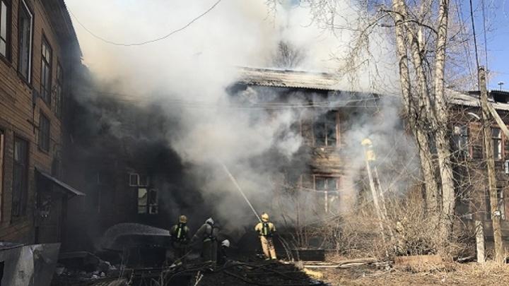 В Архангельске загорелась «деревяшка», которую облюбовали бездомные