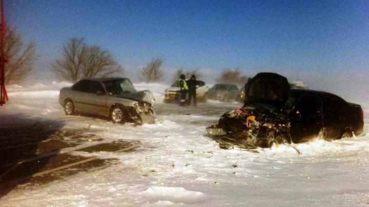 Лоб в лоб: на заснеженной трассе в Самарской области Subaru Legacy врезался в «Ладу-Гранту»