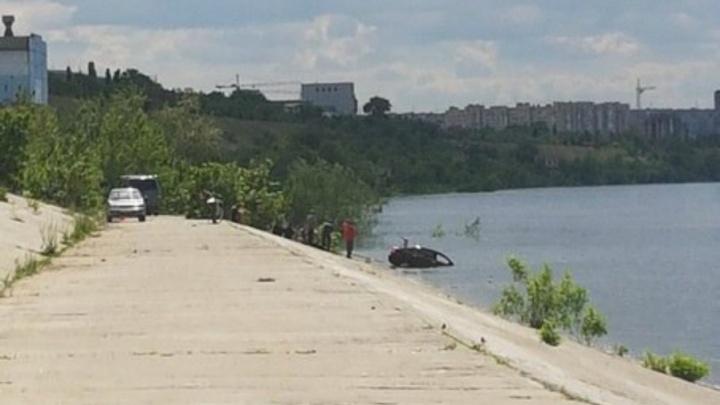 В Волгограде Lifan с людьми ушел под воду