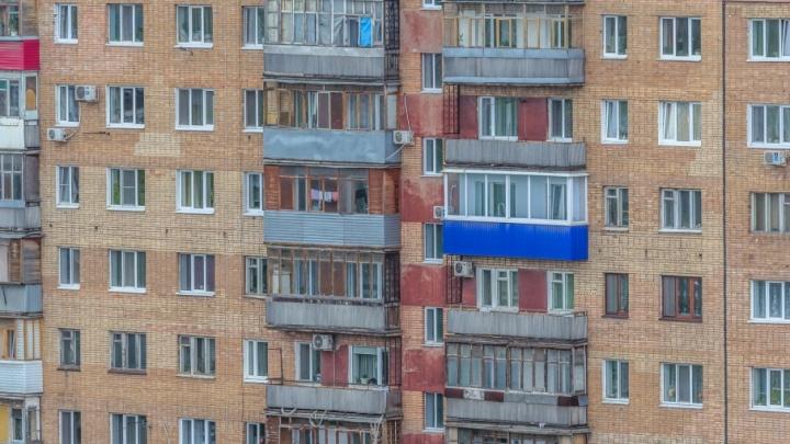 Жительница Тольятти вышла покурить на балкон и сорвалась вниз