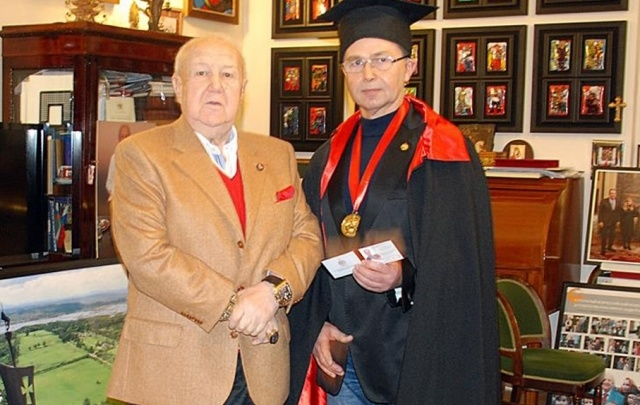 Зураб Церетели надел мантию академика на челябинского художника