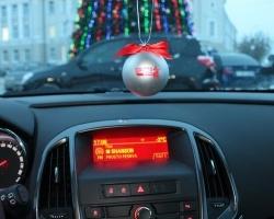 Снегурочки «Радио Шансон» раздают подарки на тюменских улицах