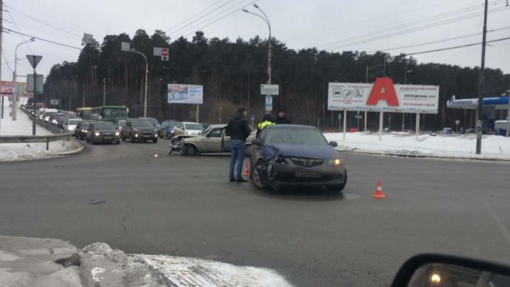 Объездная и Амундсена встали в пробку из-за аварии на перекрёстке