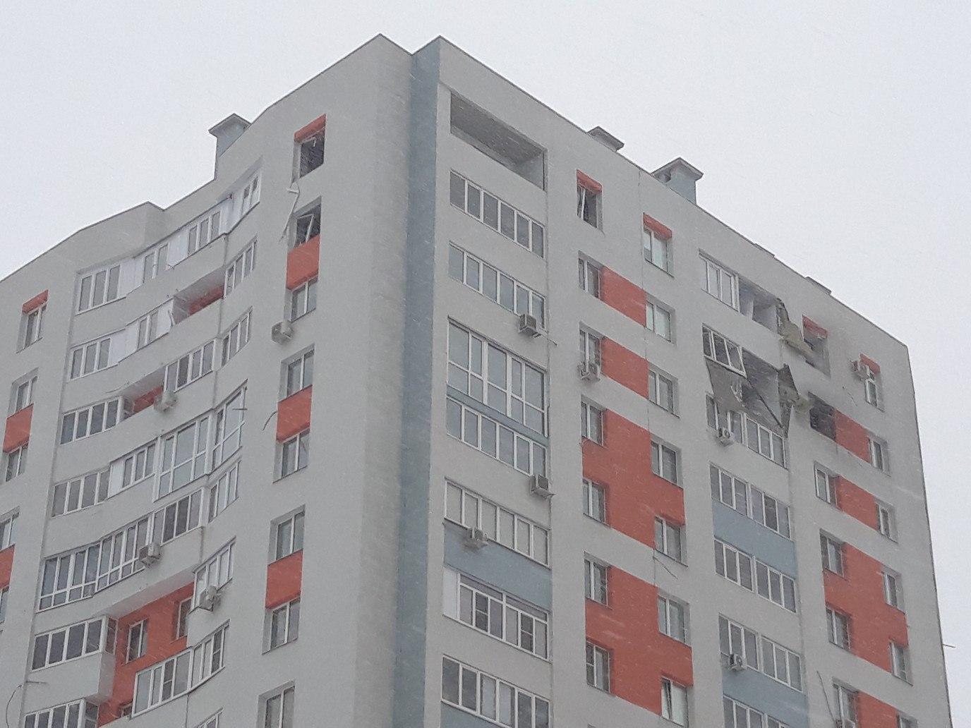 От взрывной волны пострадали квартиры соседнего подъезда