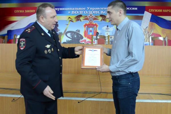 Полицейские вручили военному благодарственное письмо