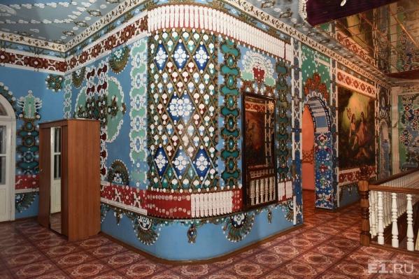 Коттедж богато украшен зеркалами, картинами и лепниной