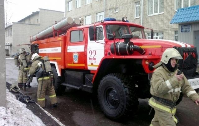В Ярославле горит завод: пожарные до сих пор работают на месте