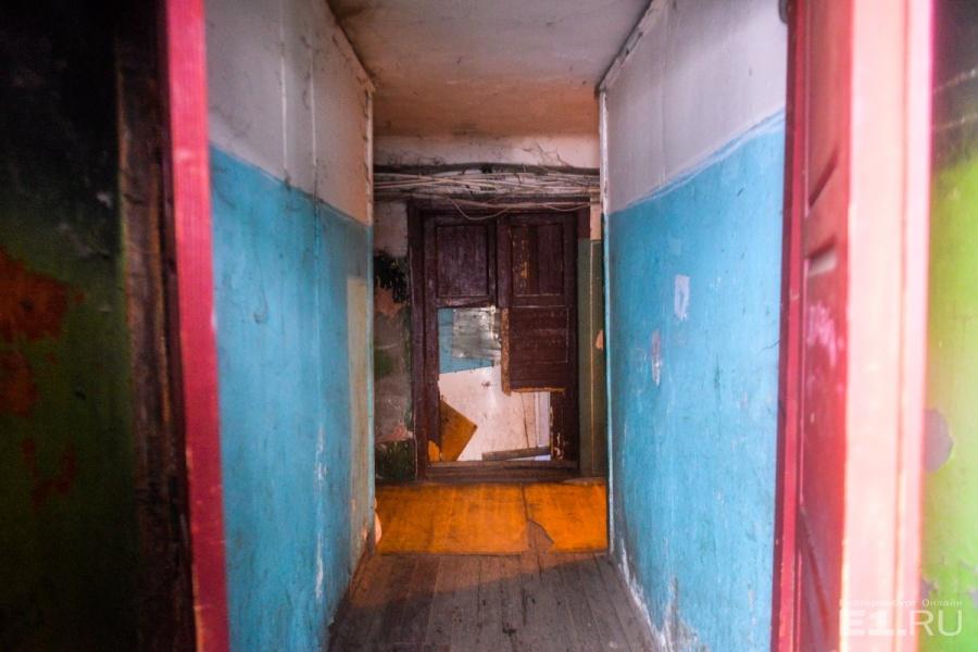 Внутри дома выглядят так же грустно, как и снаружи