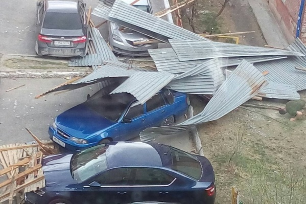 В минувшие выходные сильный ветер срывал крыши с домов