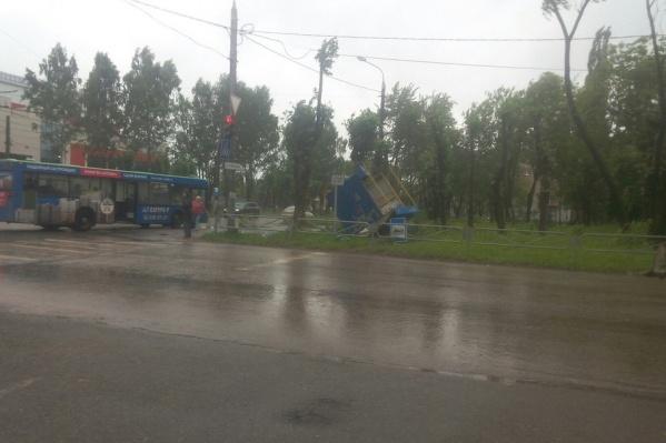 Утром пермяки начали выкладывать в соцсетях фото последствий буйства стихии
