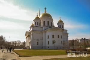 Началось путешествие с Александро-Невского собора.