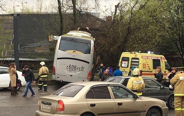 В Ростове на Богатяновском спуске столкнулись автобус и иномарка