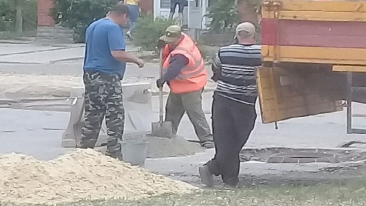 Власти услышали волгоградцев: на Спартановке заделывают дорожную яму