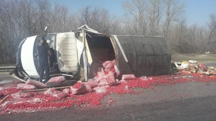 «Вся дорога в красном луке»: на трассе М-5 «Урал» опрокинулась нагруженная «Газель»