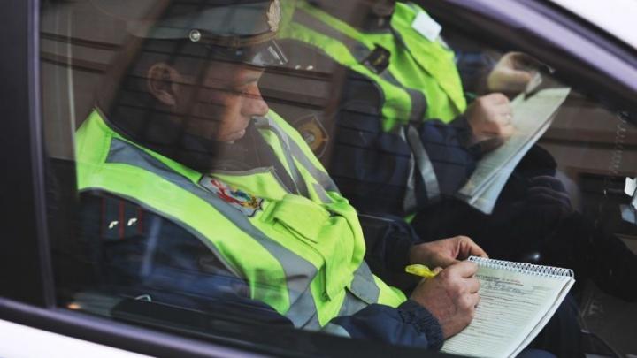 Нетрезвая жительница Тюменской области напала на инспектора ДПС в патрульной машине
