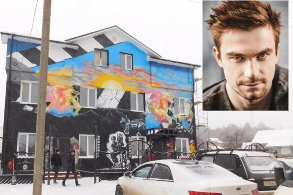 Актёр Александр Петров решил прислушаться к общественникам и перекрасить гостиницу в спокойный цвет