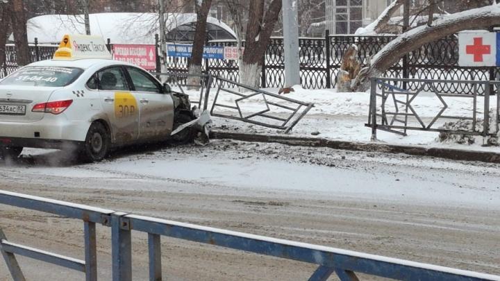 На улице Советской Армии водитель такси протаранил ограждение