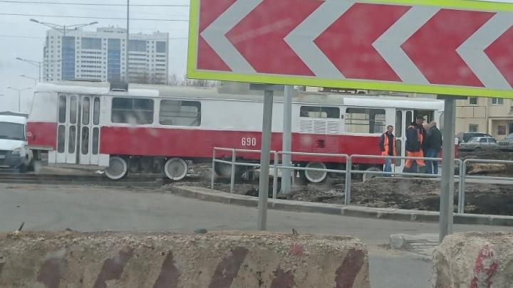 На ветке для скоростного трамвая вагон сошел с рельс