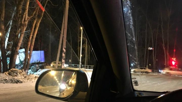 Из-за двух ДТП Червишевский тракт наглухо застрял в пробке