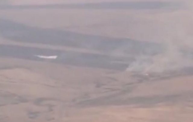 Сброс воды гидросамолетом МЧС сняли с борта рейсового самолета