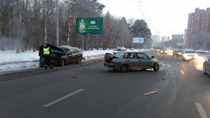 Выехал на встречку: в Перми водителя ВАЗа госпитализировали после аварии с Infiniti