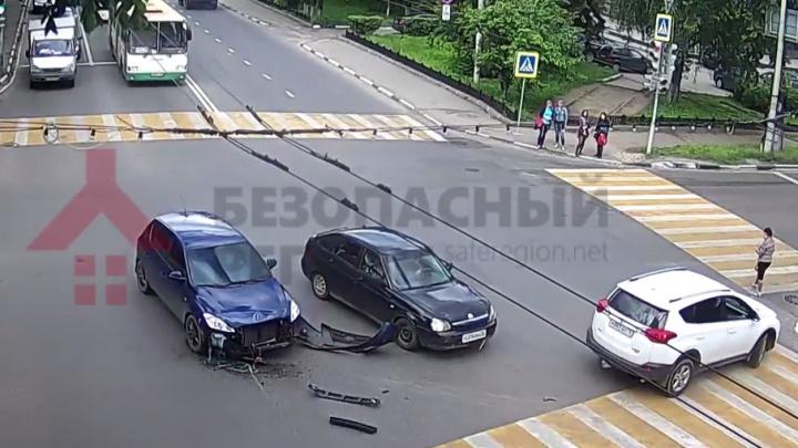 Две легковушки протаранили «Тойоту» на перекрестке в Ярославле: видео