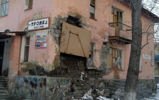 У аварийного дома, в котором живут южноуральцы, обрушилась стена