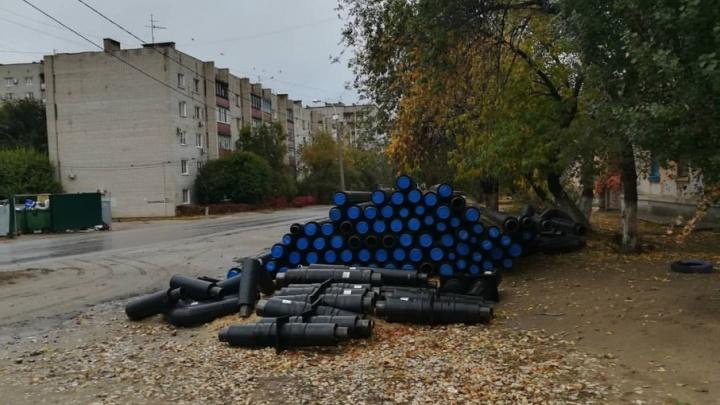 Разрытые коммунальщиками траншеи в Волгограде разворовывают бомжи