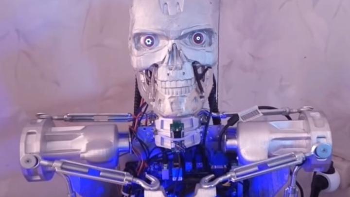 «Тело новое, а Джон Генри прежний»: в Кунгуре восстановили сгоревшего осенью умного робота