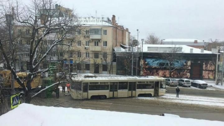 В центре Ростова трамвай сошел с рельсов
