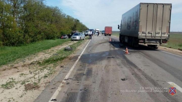 В Волгоградской области при столкновении двух иномарок и КАМАЗа погибла женщина