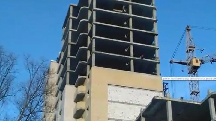 Свесили ноги с 14 этажа: по дому-долгострою за Волгой бегают школьники