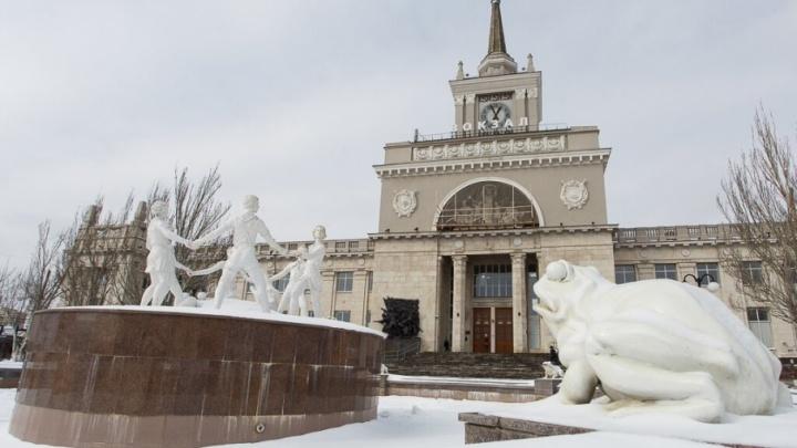 Волгоградские коммунальщики забрали часть дороги на Коммунистической