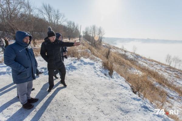 Иван Засурский (слева) предложил челябинцам обзавестись датчиками и делать замеры в смог