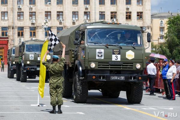 Экипажи финишируют в Волгограде 18 июня около музея-панорамы «Сталинградская битва»