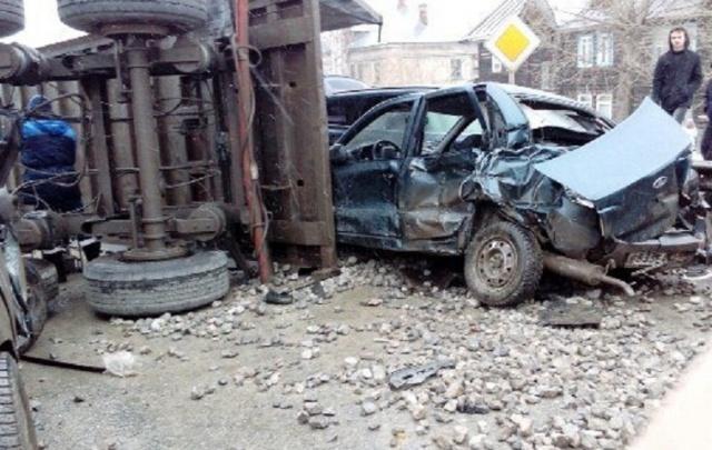 Отказали тормоза: в Чусовом КАМАЗ снес четыре легковушки