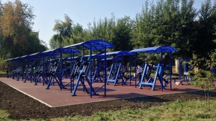 «При любой погоде и бесплатно»: челябинские парки «прокачают» уличными тренажёрами