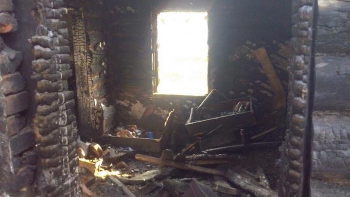 «Боимся обострения болезни»: челябинские врачи борются за здоровье хозяйки дома, который спалила молния