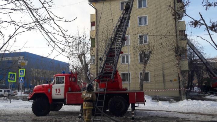 Подробности пожара в пятиэтажке на Парфенова: жителей временно приютили в актовом зале гимназии №16