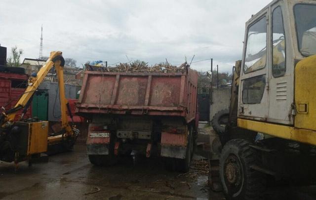 Коммунальщики чистят ливневки и чинят крыши после дождя в Ростове