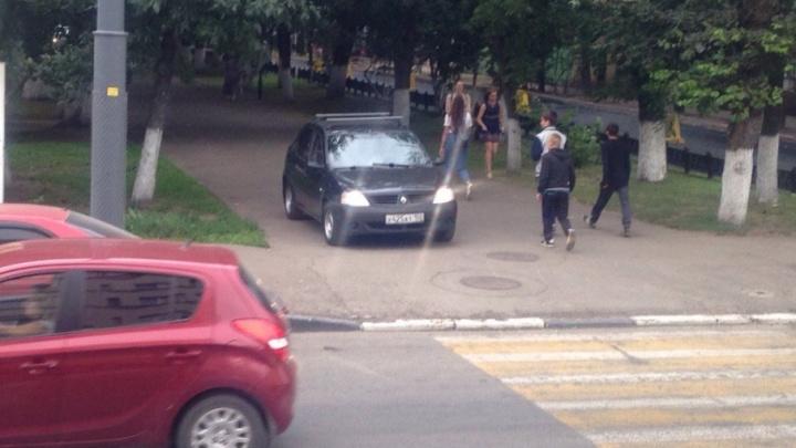 Автобеспередел в центре Ярославля: машины едут прямо по тротуару