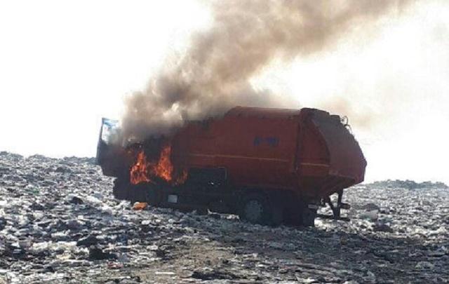 Сгорел на работе: на тюменском полигоне вспыхнул мусоровоз